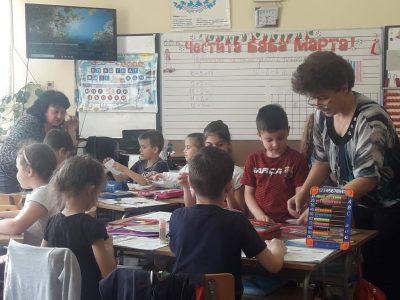 """Първокласници от СУ """"Николай Катранов"""" демонстрираха как най-добре се пише домашното по математика"""