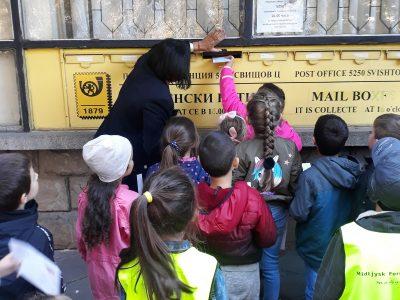 """Децата от ДГ """"Чиполино"""" посетиха Централна пощенска станция – гр. Свищов"""