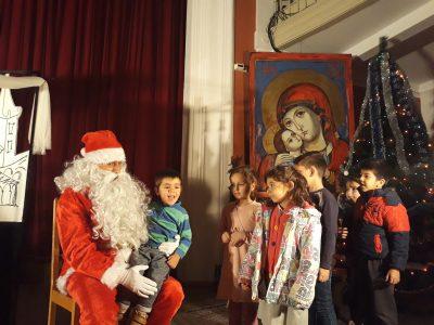 Община Свищов за поредна година зарадва с коледно театрално представление малчуганите от детските градини