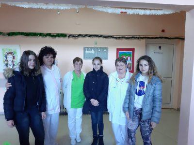 """Дарение за Детско отделение в свищовската болница от Коледния базар на СУ """"Николай Катранов"""""""