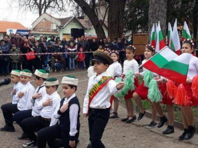 С богата празнична програма в Свищов бе отбелязан празникът на Република България