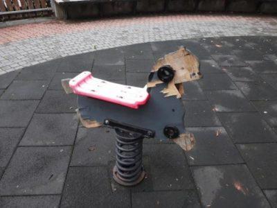 Вандалски прояви не пожалиха и детските площадки в Свищов