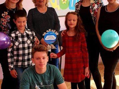 Семейство Отри съвместно със своите деца са видни общественици, които ежегодно връчва стипендия на избран потребител на социални услуги в Център за обществена подкрепа