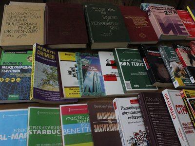 Академичната библиотека в Свищов получи дарение от Булстрад