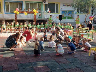 "Честит празник на всички от детска градина ""Чиполино"""
