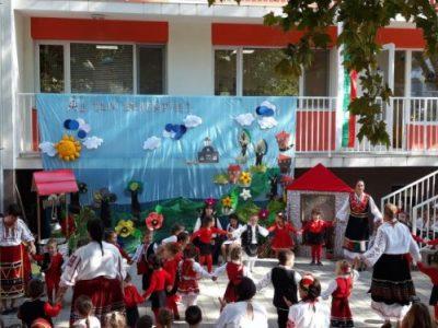 """Под мотото """"Аз съм българче!"""", с много настроение, въпреки ограниченията и противоепидемичните мерки, ДГ """"Радост"""" отбеляза началото на учебната година"""