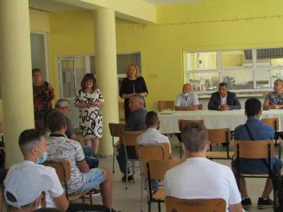 """В СПГ """"Алеко Константинов"""" се проведе среща между ученици, родители и представители на местния бизнес"""