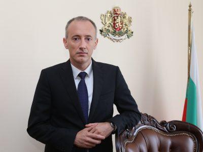 Министър Вълчев призова: Училища и забавачки да не събират пари от родителите