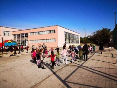 """Децата на ДГ """"Чиполино"""" се запознаха с музикалните инструменти в СУ """"Д. Благоев"""""""