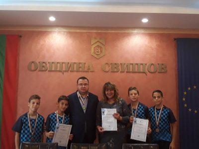 """Кметът на Свищов Генчо Генчев връчи почетна награда """"За заслуги"""" на хокеистите СКХТФ """"Дунав"""""""