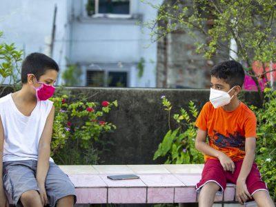 И децата с маски навън