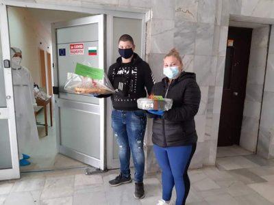 """Учениците от СПГ """"Алеко Константинов"""" поднесоха благодарност към медиците на първа линия в Свищов"""