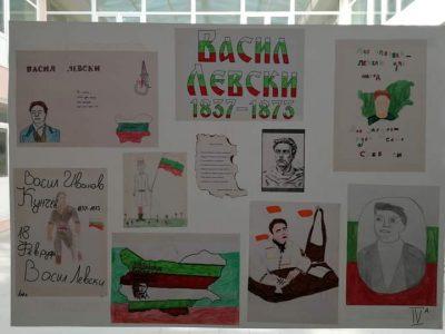 """По повод 148 години от обесването на Апостола деца от СУ """"Д.Благоев"""" подредиха кът от свои творби – табла, рисунки и стихотворения"""