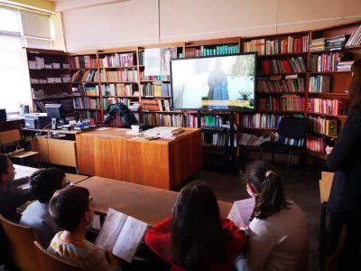 """Днес ученици от СУ """"Д.Благоев""""посетиха училищната библиотека, където се запознаха с любопитни факти за делото на Апостола"""