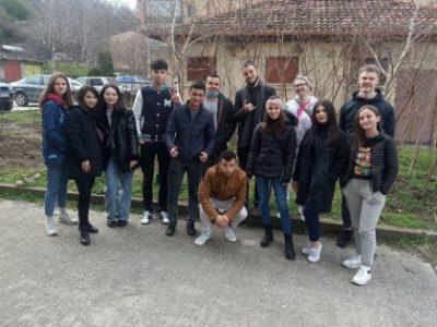 """Международни студенти по програма """"Еразъм+"""" в СА """"Д. А. Ценов"""" поставиха началото на еко инициативата """"Дръвче засади, Земята украси"""""""