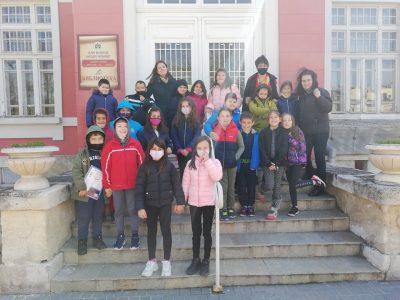 """Ученици от СУ """"Николай Катранов"""" гостуваха в Читалищната библиотека"""