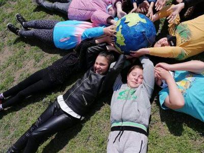 """Учениците от 3-ти """"б"""" клас на СУ """"Д.Благоев"""" представиха изложба на входа на училище, посветена на Деня на Земята"""