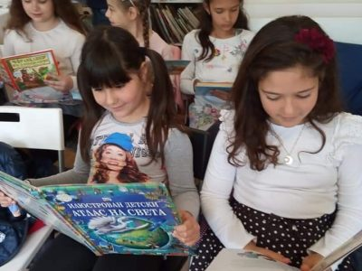 """Децата от II """"а"""" клас на СУ """"Николай Катранов"""" днес бяха гости на библиотеката при ПБНЧ """"Еленка и Кирил Д. Аврамови-1856"""""""