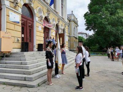 Ректорът на Свищовската академия поздрави абитуриентите от Търговската гимназия