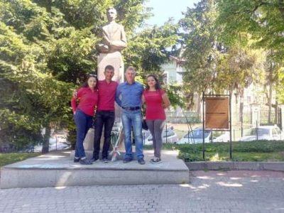 """Днес учениците от СПГ """"Алеко Константинов"""" се преклониха пред паметника на техния патрон Алеко"""