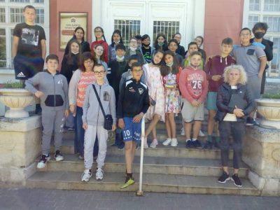 """Учениците от VI-ти """"в"""" клас при СУ """"Димитър Благоев"""" посетиха Читалищната библиотека в град Свищов по повод Националната библиотечна седмица"""