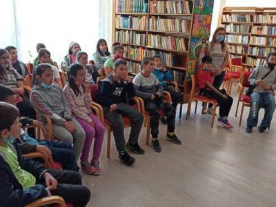"""Учениците от 3 """"в"""" клас при СУ """"Николай Катранов"""" посетиха Градската библиотека"""