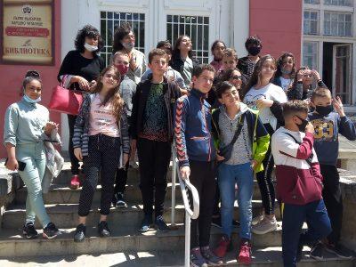"""Театрална работилница с шестокласниците на СУ""""Димитър Благоев"""" в Читалищната библиотека"""
