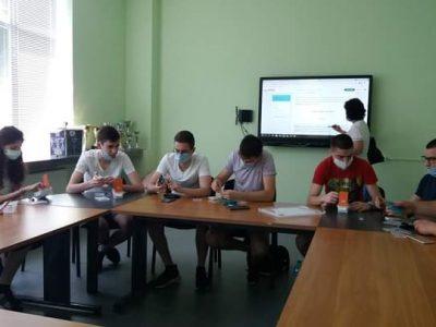 """Ученици от СУ """"Николай Катранов"""" работиха с комплект по роботика за практическа и експериментална дейност""""Arduino за образование"""""""